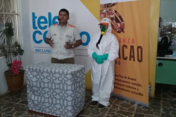 Expositor-Luis-Rosas-explicando-el-uso-de-equipo-de-seguridad-personal-en-el-uso-seguro-de-plaguicidas-617x351