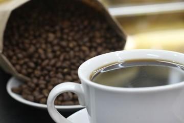 CAFE EN GRANO, CAFE EN TAZA. HORIZONTAL.
