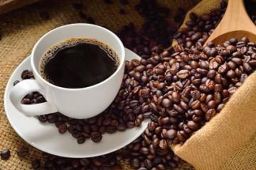 taza de café rodeada de granos tostados
